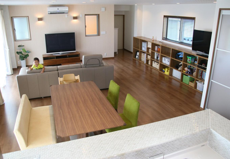 広いリビングは家具の統一感もありスッキリ落ち着く雰囲気