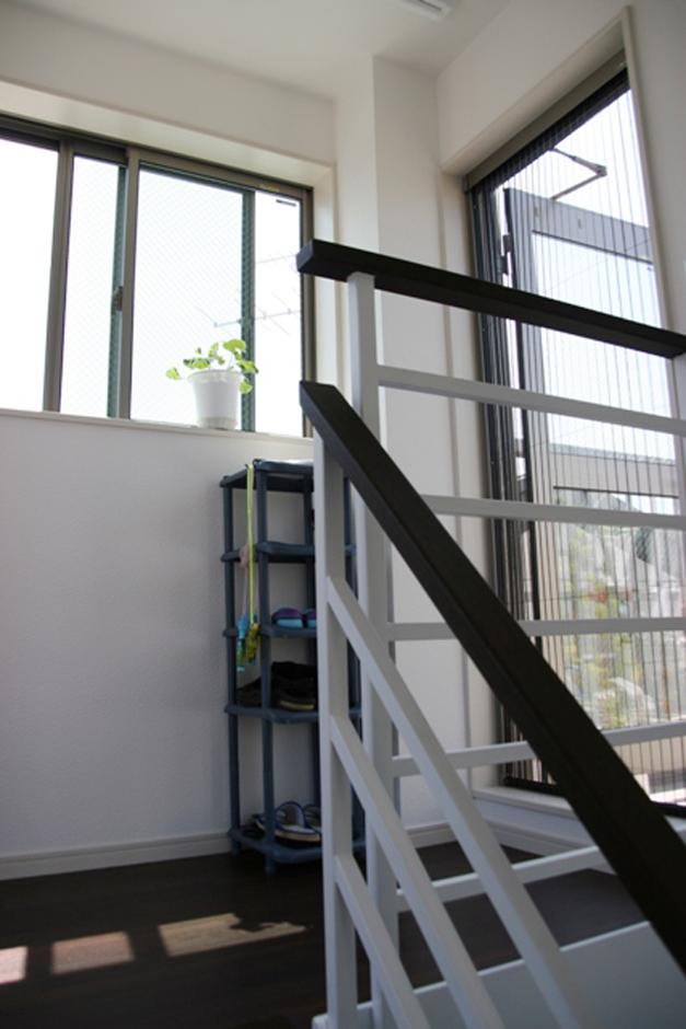 建築システム(狭小住宅専門店)【狭小住宅、屋上バルコニー、鉄骨鉄筋コンクリート構造】階段は鉄骨です。手すりも格子にしたので閉鎖感がなく明るい