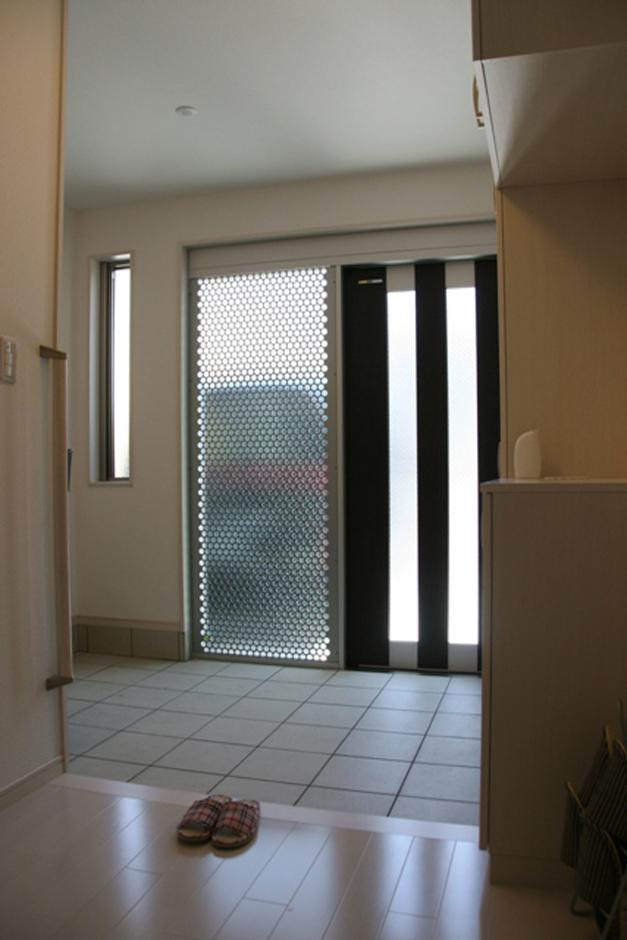 建築システム(狭小住宅専門店)【狭小住宅、屋上バルコニー、鉄骨鉄筋コンクリート構造】引き戸タイプの玄関で、出入りがスムーズ。ガラスも大きくてとっても明るい