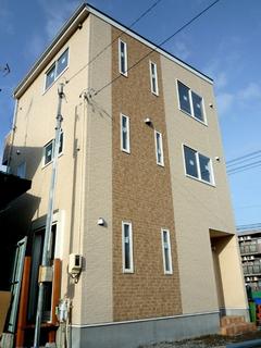 14坪の狭小地に三世代5人が暮らす、可愛いグリーン屋根の3階建て狭小住宅