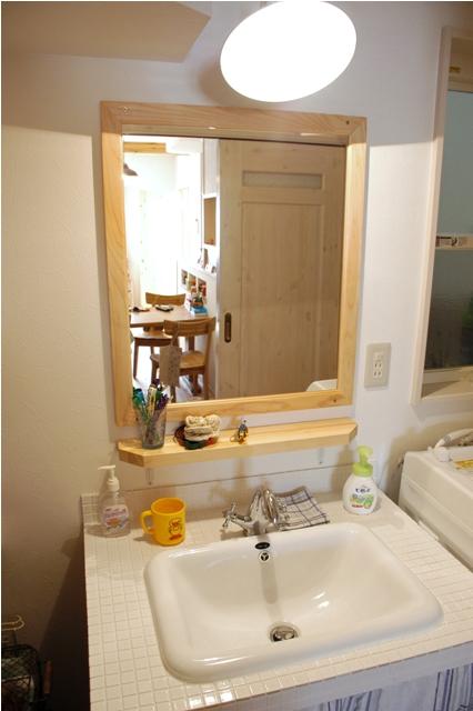 キッチンと同じく洗面所も真っ白なタイルで統一。蛇口もレトロなものにしてフランスの香りが漂ってくるようだ