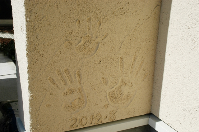 玄関周りは塗り壁仕上げで、ぬくもりのあるアプローチ竣工記念に御家族の手形をいれて思い出に
