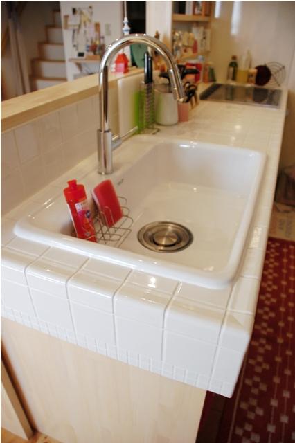 キッチンはオーダーメイド。 丁寧な大工仕事で、カーブした蛇口やタイル張りでナチュラルでかわいらしい印象に