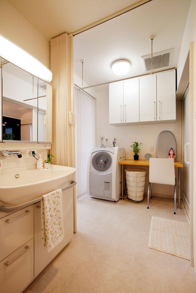 建築システム(狭小住宅専門店)【狭小住宅、ガレージ、鉄骨鉄筋コンクリート構造】洗面室の奥が、浴室・脱衣・洗濯・アイロンなどの家事スペース。年ごろの娘さんの入浴時はアコーディオンカーテンで仕切ることもでき、プライバシーを確保