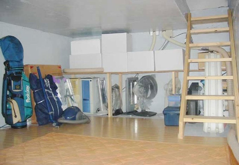 建築システム(狭小住宅専門店)【狭小住宅、ガレージ、鉄骨鉄筋コンクリート構造】地下収納庫は8畳。天井高さは1.4m。容積率に加算されない範囲で可能となる収納スペースには、季節ものや使用頻度の低い工具が並ぶ