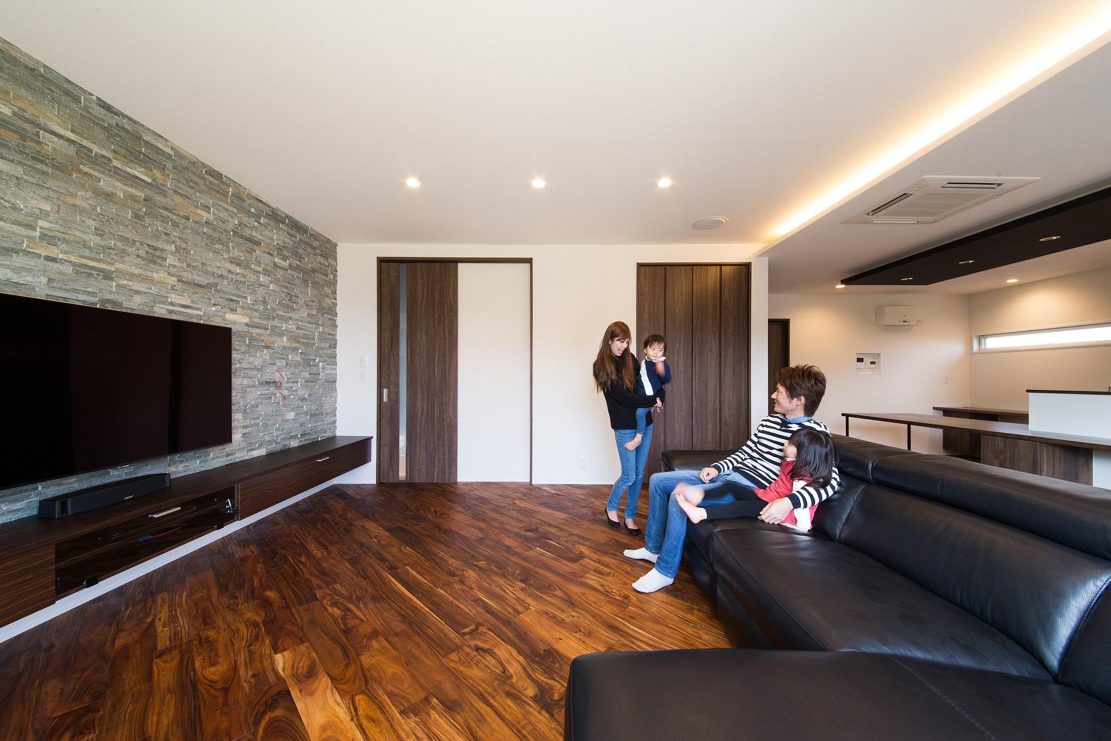 will建築工房【デザイン住宅、収納力、ガレージ】広々としたLDK。石目調タイルのアクセントウォールと、シンプルな造作家具が洗練された雰囲気を醸し出す