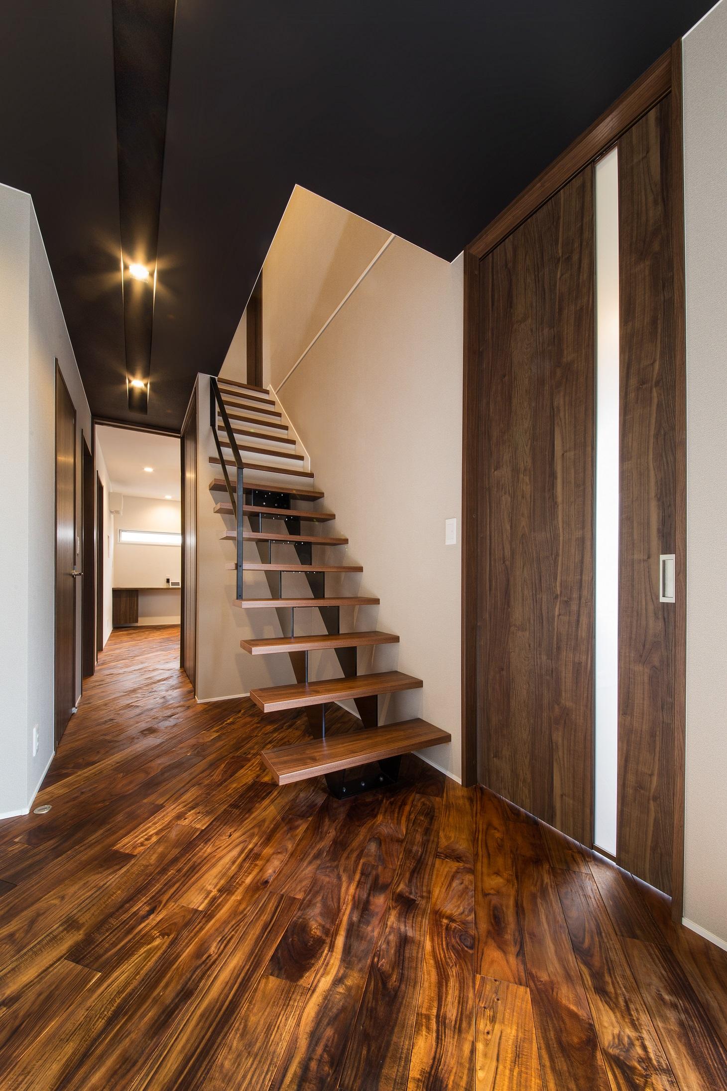 will建築工房【デザイン住宅、収納力、ガレージ】玄関ホールに設けたストリップ階段は存在感抜群