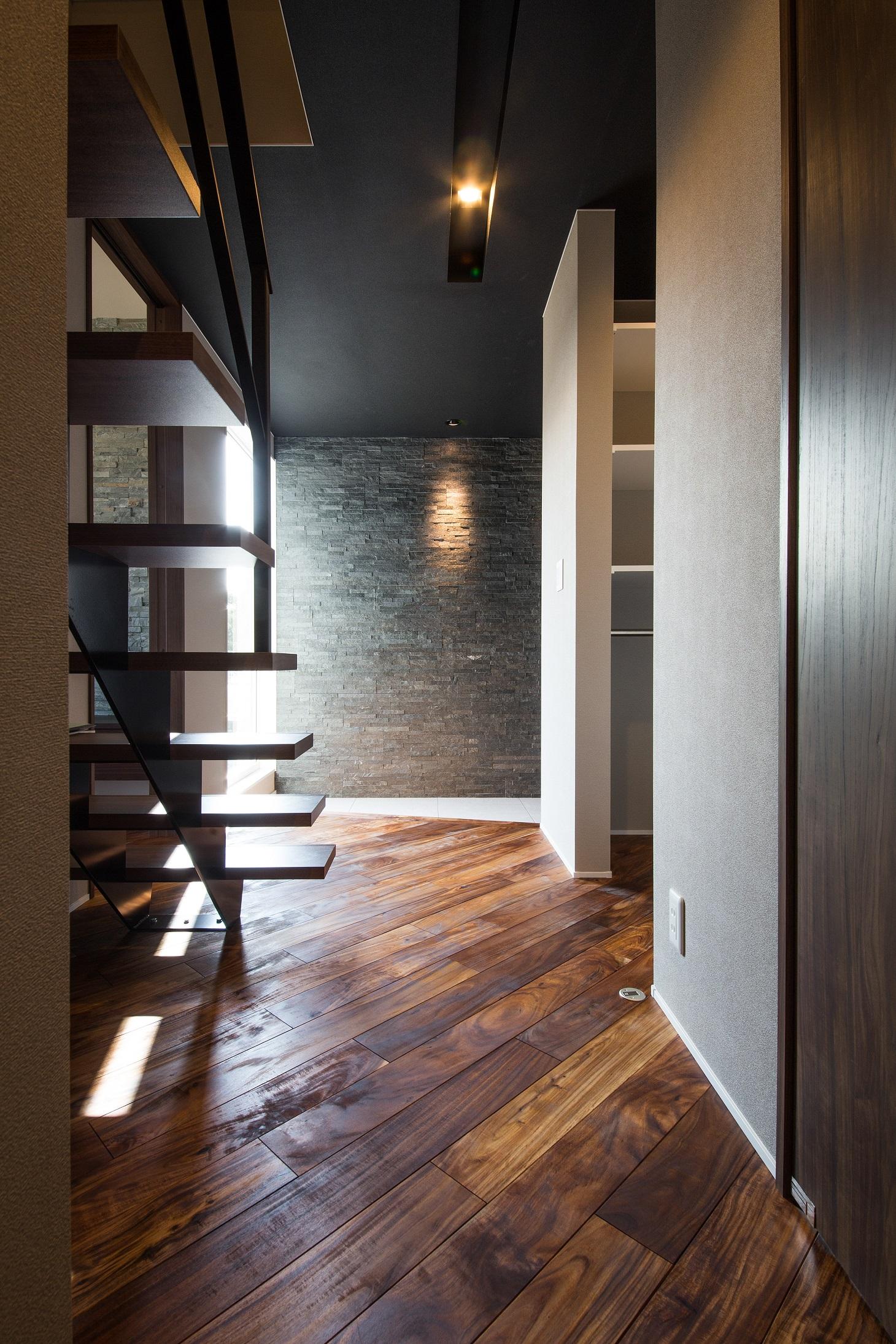will建築工房【デザイン住宅、収納力、ガレージ】雑然としやすい玄関も、右手に設けた大容量のシューズクローゼットで美しさを保つことができる
