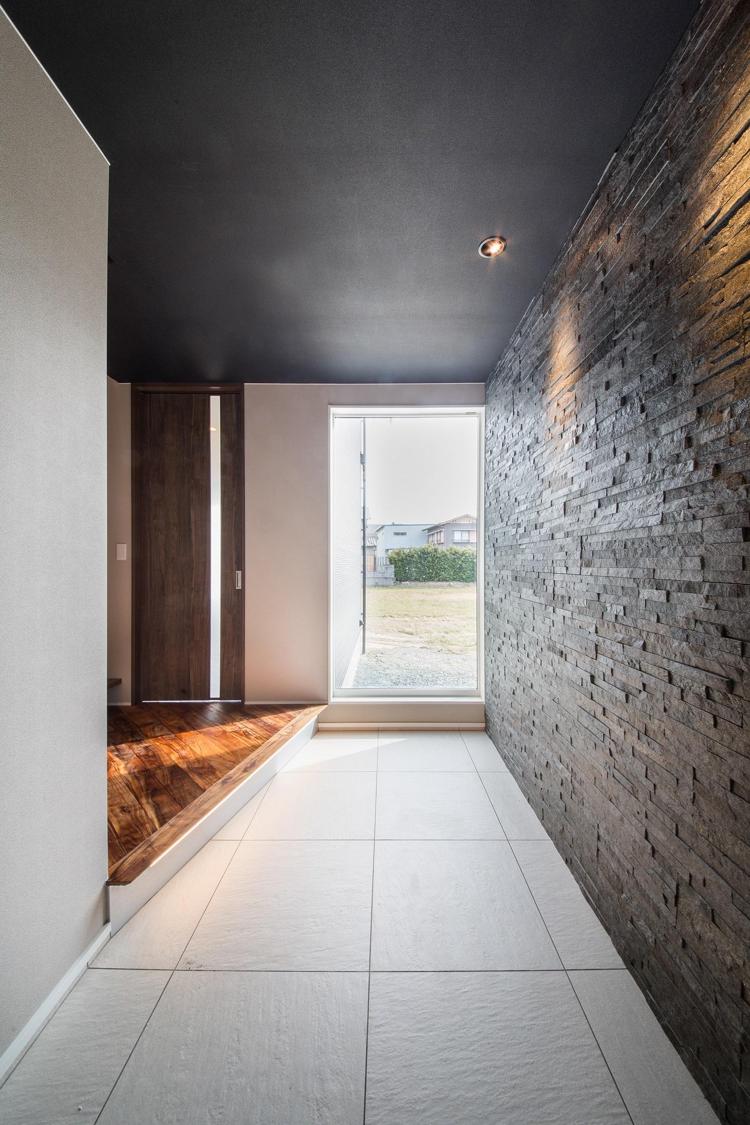 will建築工房【デザイン住宅、収納力、ガレージ】広々とした玄関。大きな窓から明るい陽が降り注ぐ