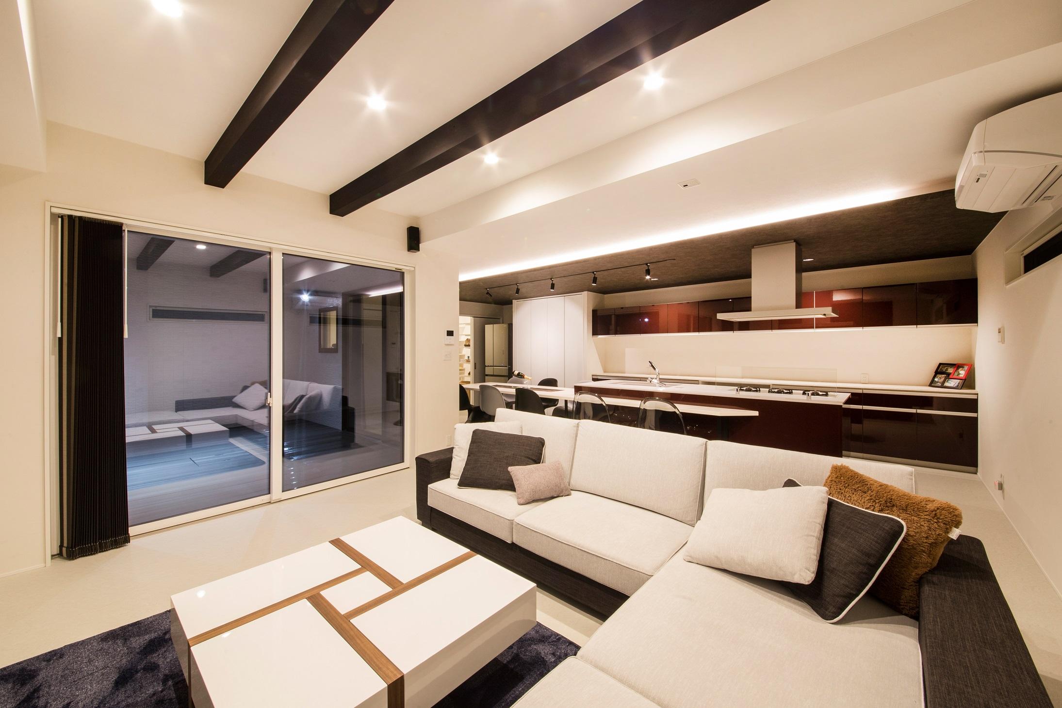 will建築工房【デザイン住宅、ペット、ガレージ】内装を白で統一したスタイリッシュなLDK。天井に渡した化粧梁が広い空間のアクセントに
