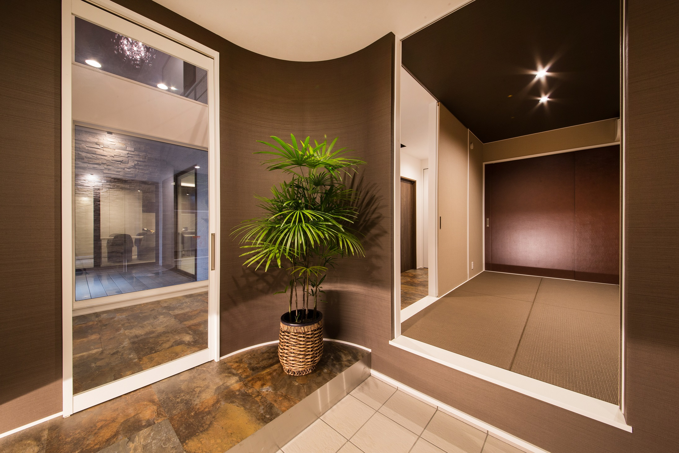 will建築工房【デザイン住宅、ペット、ガレージ】玄関から直にゲストを招き入れることが可能な和室など、「おもてなし」を意識した精緻なデザイン空間