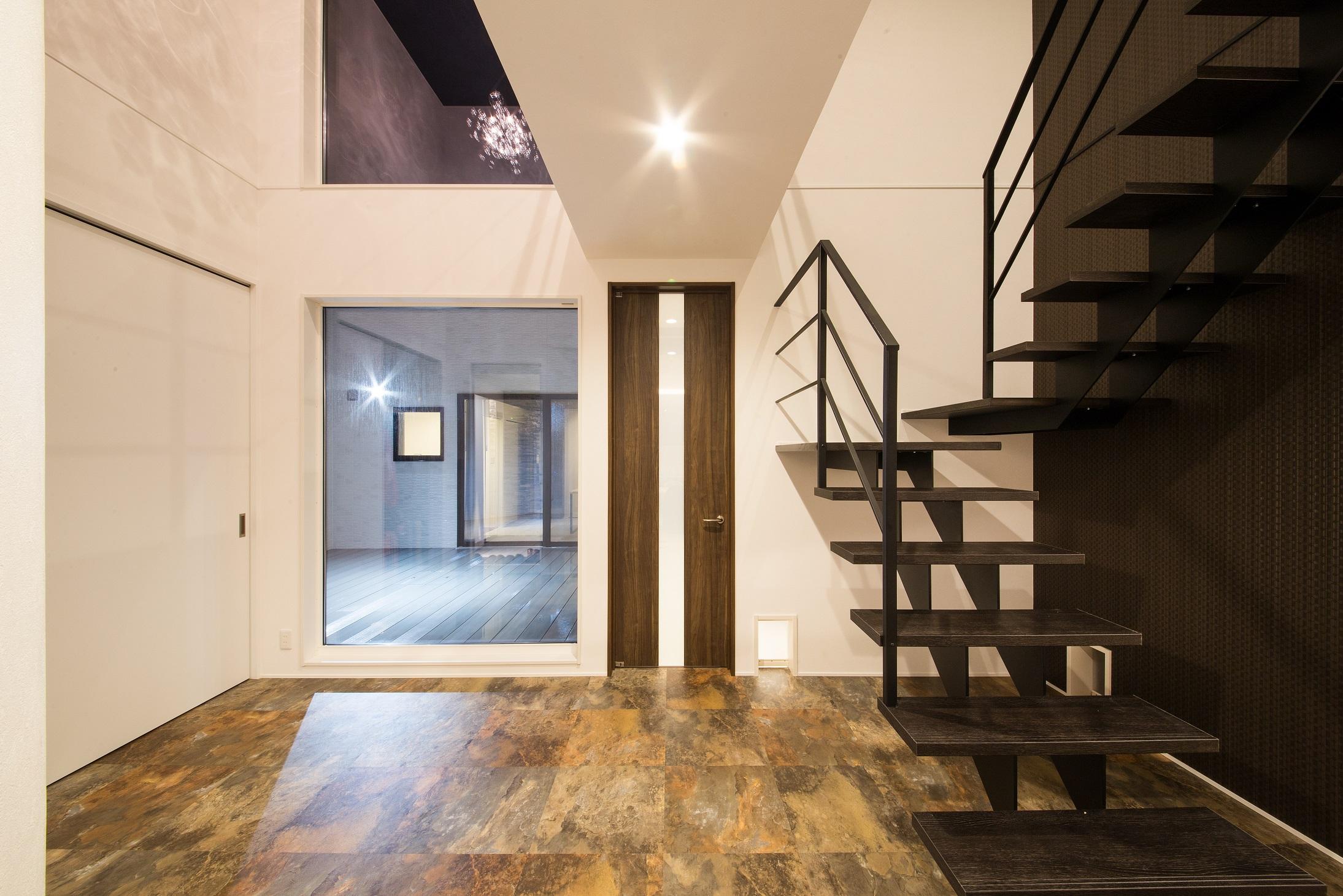 will建築工房【デザイン住宅、ペット、ガレージ】ストリップ階段が意匠性を際立たせる玄関ホール