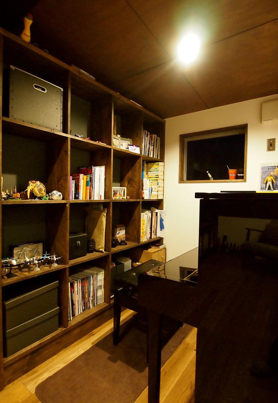 2階のフリースペースには壁面収納棚があり、趣味のアイテムがぎっし りと飾られている。ピアノを弾くご主人の憩いの場でもあり、リビングとの距離感も良い