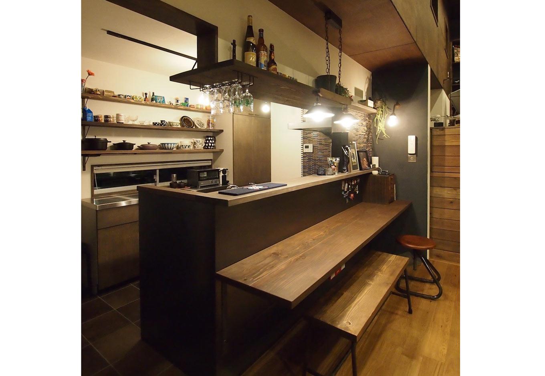 対面式のキッチンは収納が充実。冷蔵庫やレンジなどの家電類は写真の左側にまとめてある。使い勝手を優先しながら手に届く範囲で隠したいものは隠し、見せたいものは飾れるようになっている