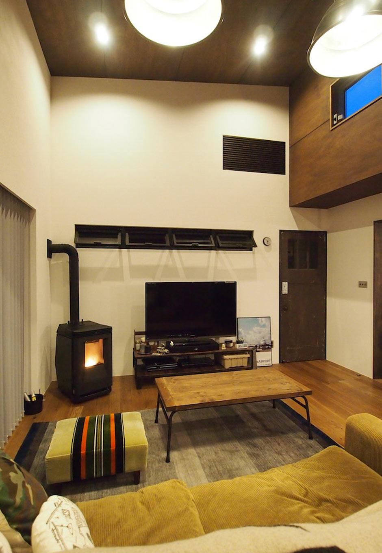 CLASSICA HOME/クラシカホーム【デザイン住宅、スキップフロア、ガレージ】スキップフロアの広い空間でも心地よく温めてくれるペレットストーブは、炎を眺めながらくつろげる暖房器具。輻射熱で温めるので無垢材の床や漆喰の壁とも相性抜群。ビンテージドアやアンティークな家具ともマッチする