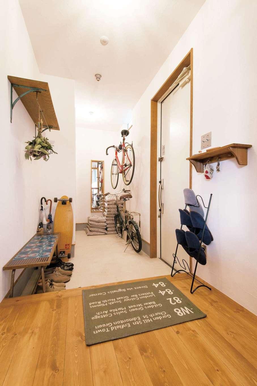 CLASSICA HOME/クラシカホーム【デザイン住宅、夫婦で暮らす、インテリア】玄関ホールも完璧にヴィンテージ&レトロを追求。ご主人の愛車キャノンデールも雰囲気にぴったり