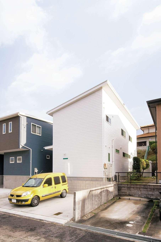 CLASSICA HOME/クラシカホーム【デザイン住宅、夫婦で暮らす、インテリア】ありそうでなかなか見ない、真っ白なガルバリウム鋼板の外観。インパクトがありながら、周辺とも馴染む