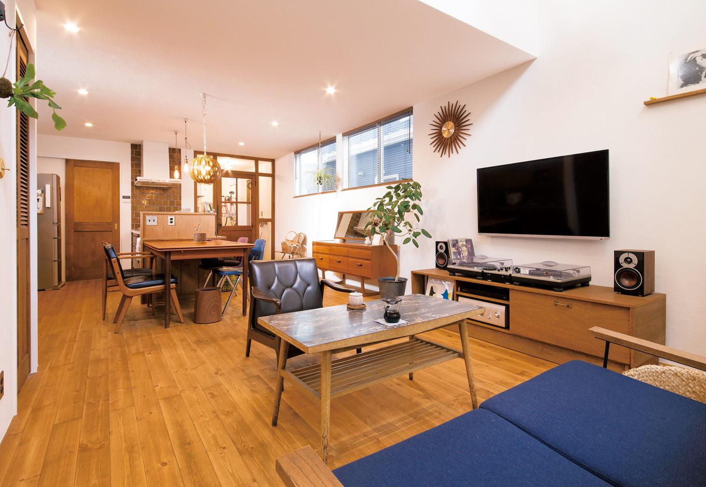 CLASSICA HOME/クラシカホーム【デザイン住宅、夫婦で暮らす、インテリア】夫婦の好きが詰まったLDK。机、椅子、建具、照明などすべてにこだわりを感じる