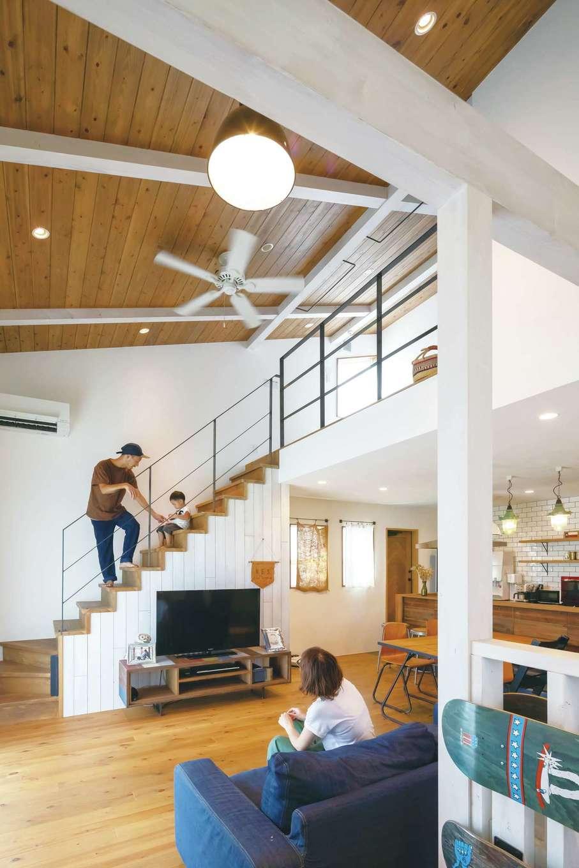 CLASSICA HOME/クラシカホーム【デザイン住宅、自然素材、インテリア】白い梁や柱、天井のシーリングファンがアクセントに。写真手前には、ご主人の趣味であるスケートボードをインテリア代わりに設置