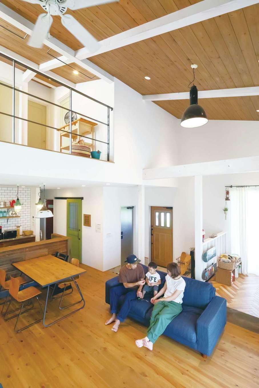 """CLASSICA HOME/クラシカホーム【デザイン住宅、自然素材、インテリア】自然素材を多用した、健康で快適な空間づくりが魅力。吹き抜けのあるLDKでは、実際に使用されていた古材やヴィンテージなインテリアなど、""""本物""""を使った"""