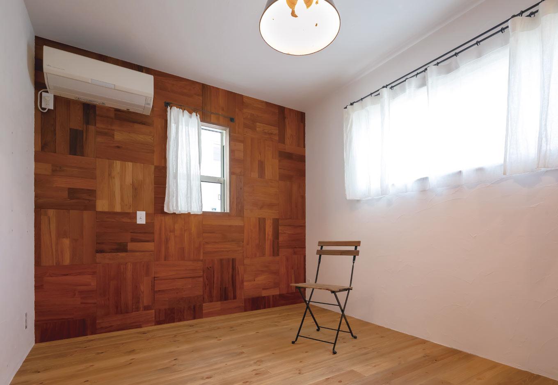 CLASSICA HOME/クラシカホーム【デザイン住宅、自然素材、インテリア】ベッドルームのディテールも完璧。漆喰の壁の一面を板張りにして、雰囲気を変えた