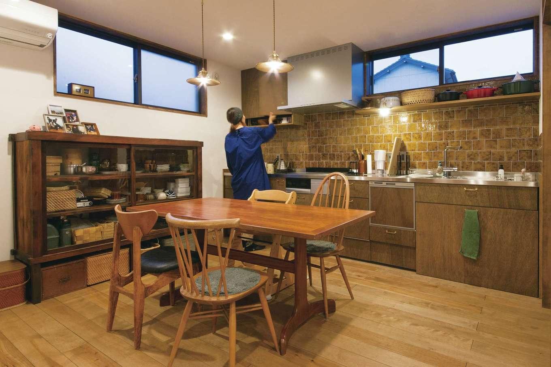 CLASSICA HOME/クラシカホーム【デザイン住宅、自然素材、インテリア】キッチンには平田タイルを採用。ダイニングのチェアは、イギリス・アーコール社のクエーカーチェア、春日井の家具店トリムソウのオーダーメイドなど