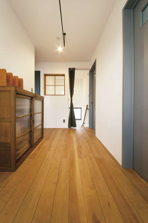 CLASSICA HOME/クラシカホーム【デザイン住宅、自然素材、インテリア】格子の室内窓を設けた2階ホール