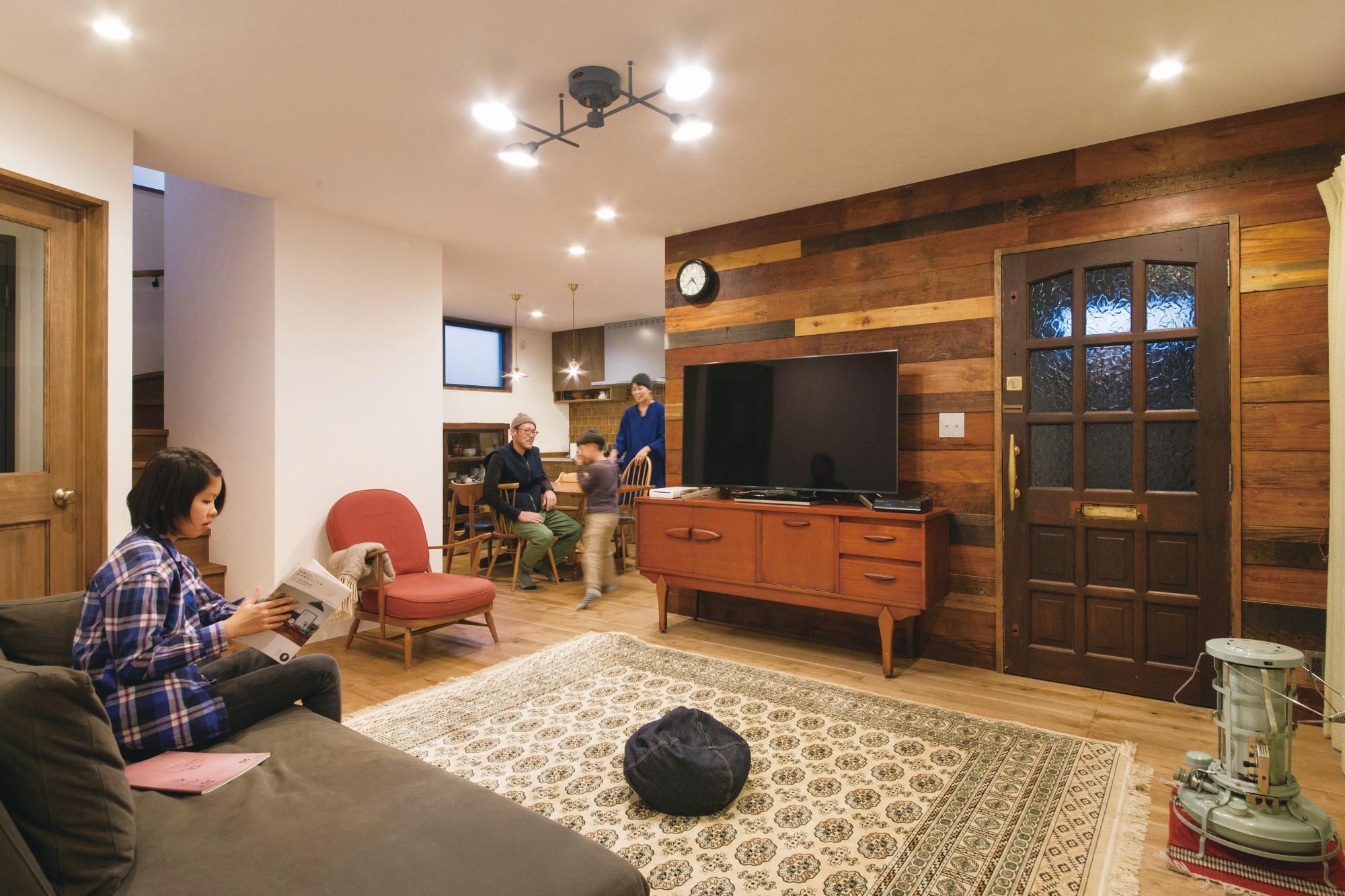 CLASSICA HOME/クラシカホーム【デザイン住宅、自然素材、インテリア】古材壁のLDK。テレビ裏の壁には、本物の古材を貼った。イギリスの古いドアやサイドボード、ソファや時計、照明など、すべてがハイセンス!