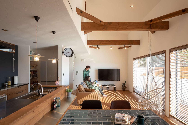 CLASSICA HOME/クラシカホーム【デザイン住宅、自然素材、趣味】吹き抜けと梁、シーリングファンが印象的な2階LDK。漆喰とカバザクラのナチュラルな空間をインダストリアルなアイテムが引き締める
