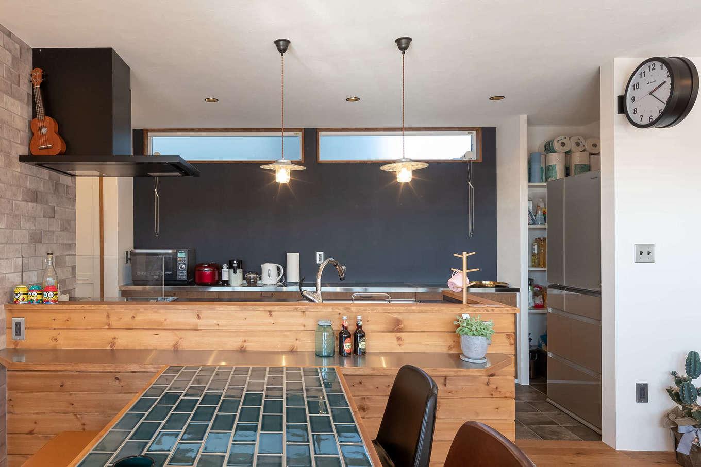 CLASSICA HOME/クラシカホーム【デザイン住宅、自然素材、趣味】奥さまこだわりの広々設計のキッチン。奥の壁をブラックにすることでクール&モダンな印象になっている