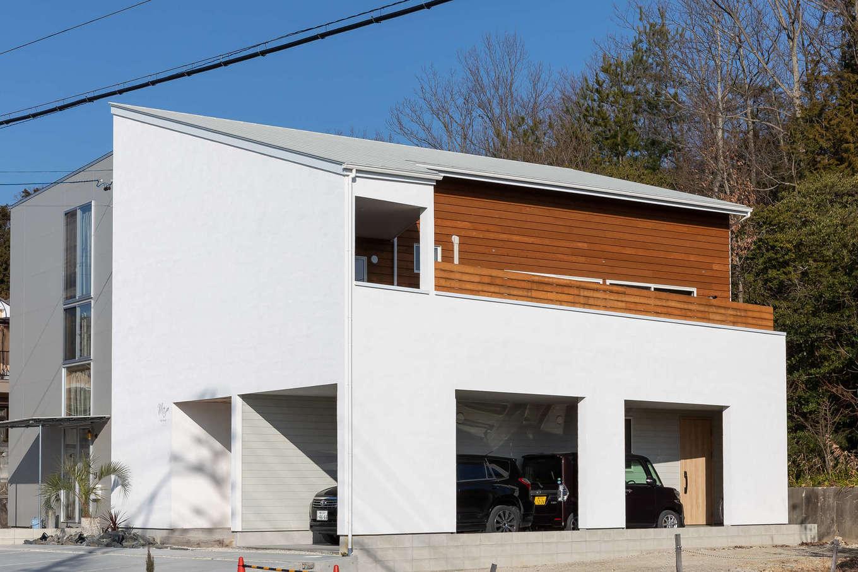 CLASSICA HOME/クラシカホーム【デザイン住宅、自然素材、趣味】ナチュラルな風合いの漆喰と古材の外観。シンプルなフォルムながら、インパクトは大