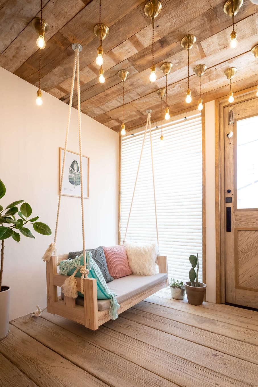 CLASSICA HOME/クラシカホーム【デザイン住宅、自然素材、趣味】1階店舗のウェイティングスペース。ブランコの頭上には、無数のライトが!女性ならずともときめく演出がいっぱい