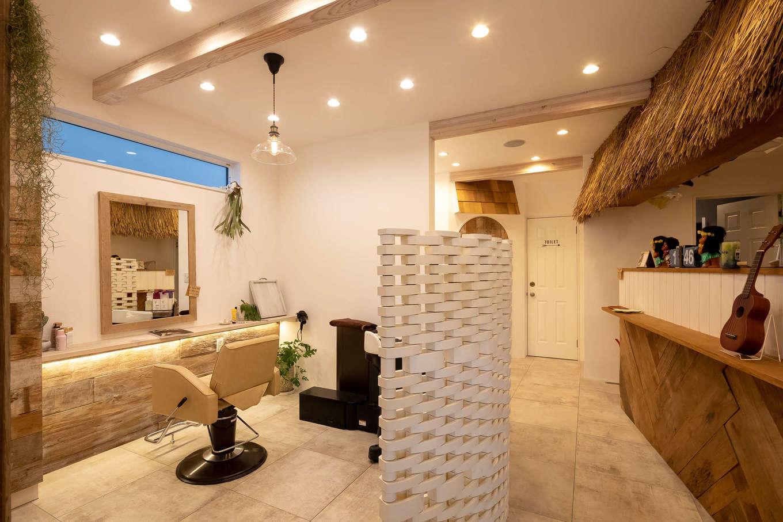 CLASSICA HOME/クラシカホーム【デザイン住宅、自然素材、趣味】1階店舗。写真右側には、浜辺のカウンターバーを思わせるスペースがある。奥には、奥さまが活躍するまつエク&着付けの個室も