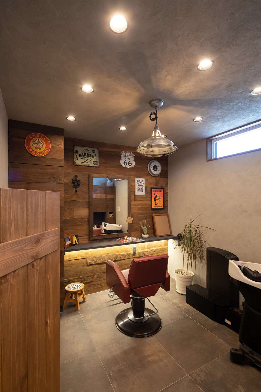 CLASSICA HOME/クラシカホーム【デザイン住宅、自然素材、趣味】1階店舗。ぐっと落ち着いた雰囲気の個室。アメリカン&インダストリアルな雰囲気で、男性客に喜ばれそう