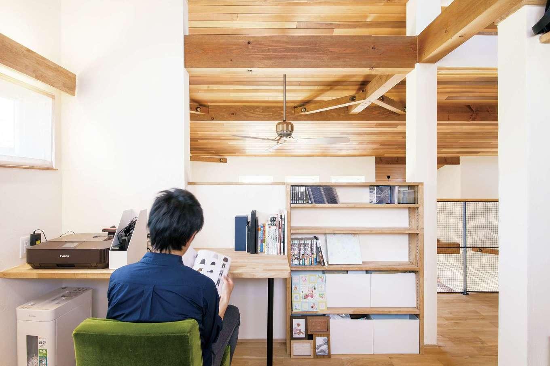 共感住宅 ray-out (レイアウト)【デザイン住宅、子育て、省エネ】2階の書斎スペース。2階には、ほかにメインベッドルームとキッズルーム、トイレを設けた