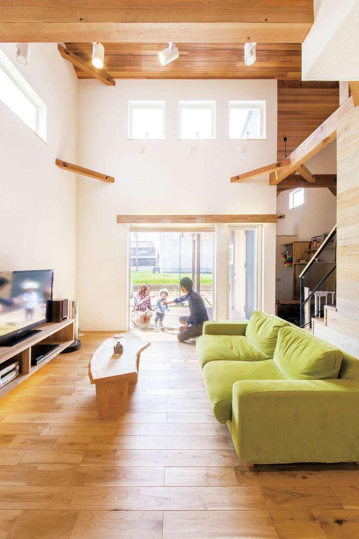 共感住宅 ray-out (レイアウト)【デザイン住宅、子育て、省エネ】大きな吹き抜け空間には高窓を設置した。綿密に計算され尽くした設計で、季節により家の中に入る光と風の量をコントロールしてくれる