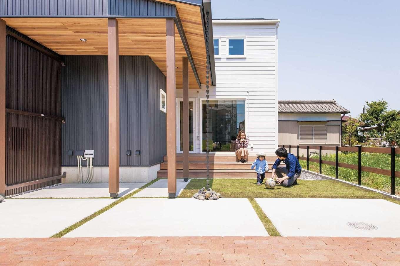 共感住宅 ray-out (レイアウト)【デザイン住宅、子育て、省エネ】LDKから段差なく続くウッドデッキは階段状になっていて、ベンチ代わりとしても利用できる。ご夫婦共通の趣味である家庭菜園では、季節に合わせて野菜を育てている