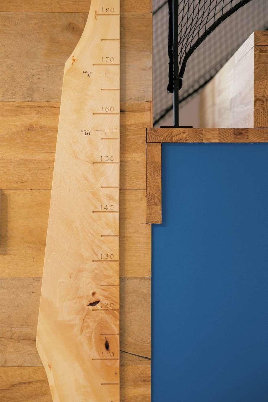 共感住宅 ray-out (レイアウト)【デザイン住宅、子育て、省エネ】キッチンスペースには、忙しいご夫婦や、お子さんが学校に上がった時のために、連絡用のホワイトボードを造作し、壁の一部にブルーの黒板塗料を吹き付けた。身長を刻む一枚板も貼った