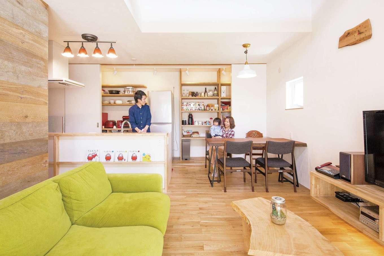 共感住宅 ray-out (レイアウト)【デザイン住宅、子育て、省エネ】キッチン背面の収納はすべてクローズでき、シチュエーションに合わせた空間づくりができる