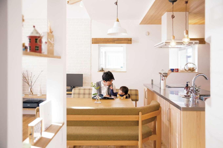 共感住宅 ray-out (レイアウト)【デザイン住宅、子育て、趣味】LDKはとても明るく清潔感たっぷり。木とアイアンのテーブルやテレビ台は、『共感住宅 ray-out』オリジナル