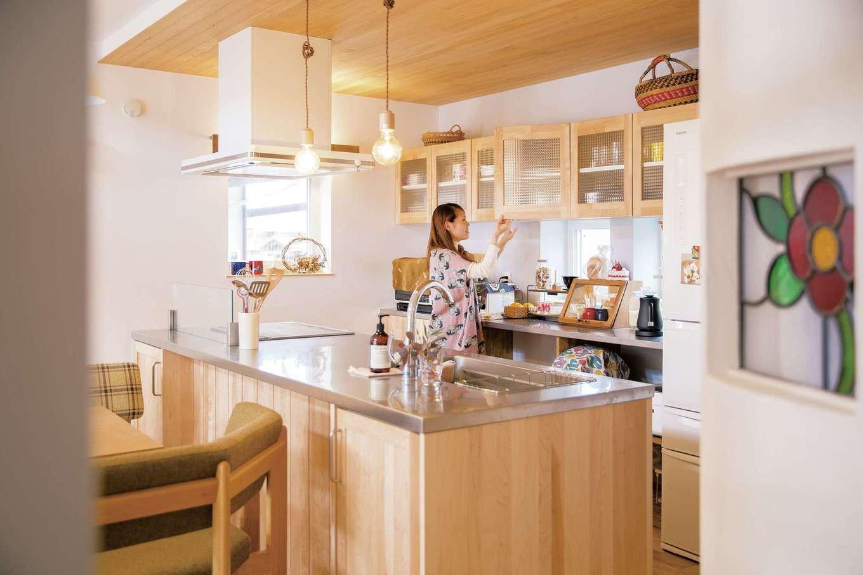共感住宅 ray-out (レイアウト)【デザイン住宅、子育て、趣味】奥さま自慢のアイランドキッチン。背面の棚やカウンターも使い勝手がいい