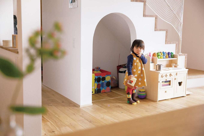 共感住宅 ray-out (レイアウト)【デザイン住宅、子育て、趣味】リビング階段下のR垂れ壁の空間は、おもちゃを収納したりかくれんぼしたりする女の子のお城