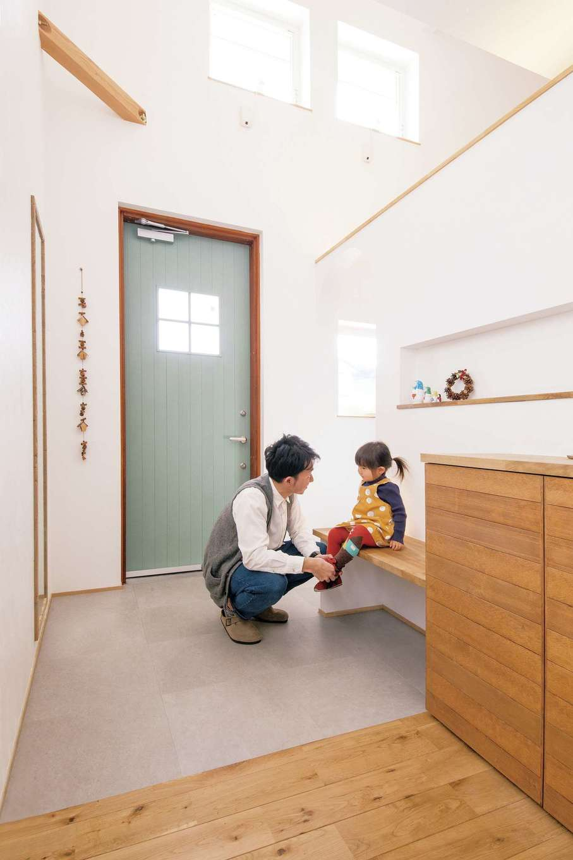 共感住宅 ray-out (レイアウト)【デザイン住宅、子育て、趣味】眩しいほどに明るい玄関ホール。造作のベンチが子どもにやさしい