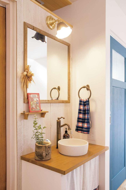 共感住宅 ray-out (レイアウト)【デザイン住宅、子育て、趣味】玄関ホールとLDKの間に設けた洗面台。ビンテージ風でそろえた照明、鏡のフレーム、蛇口などがすてき
