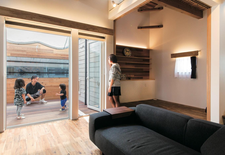 共感住宅 ray-out (レイアウト)【デザイン住宅、自然素材、省エネ】LDKとウッドデッキは段差なくつながり、家全体に開放感をもたらした。右のスペースは仕切ることもできる