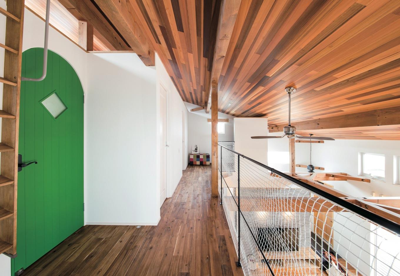 共感住宅 ray-out (レイアウト)【デザイン住宅、自然素材、省エネ】2階ホール。プライベートがありながら、家のどこにいても家族の存在を感じられる