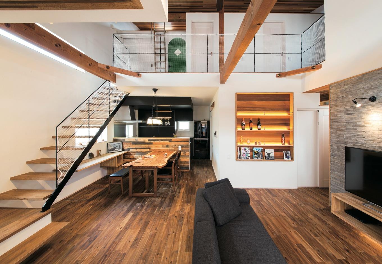 共感住宅 ray-out (レイアウト)【デザイン住宅、自然素材、省エネ】一部の壁には天然石を貼った。質感の異なる素材を多用しながら統一感のある空間に、『共感住宅レイアウト』の高いデザイン力を感じる