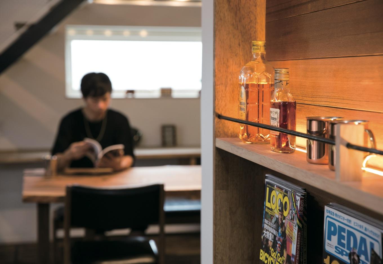 共感住宅 ray-out (レイアウト)【デザイン住宅、自然素材、省エネ】ご夫妻共通の趣味のひとつがお酒。棚にはお好みのボトルや雑誌が並ぶ