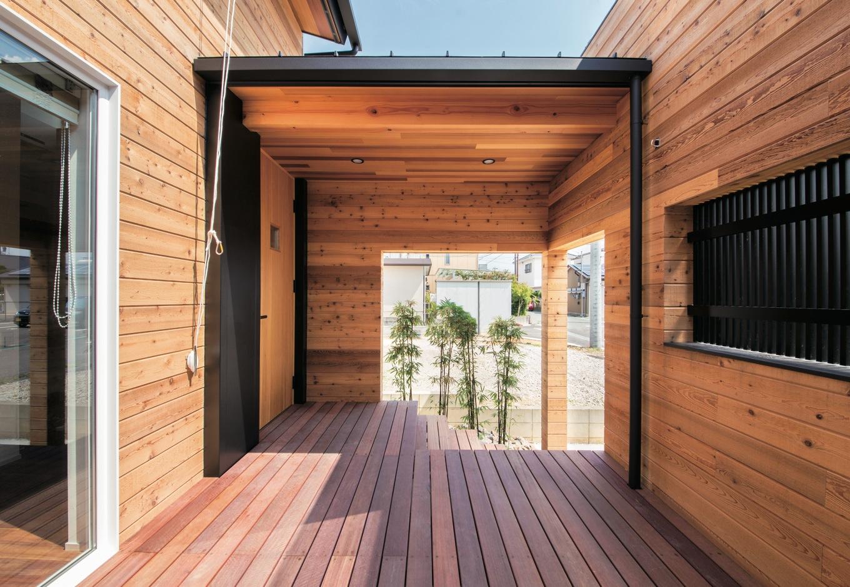 共感住宅 ray-out (レイアウト)【デザイン住宅、自然素材、省エネ】木の壁を設けたことによりプライベート感はありつつ、開放感もあるウッドデッキ。バーベキューが楽しみだ