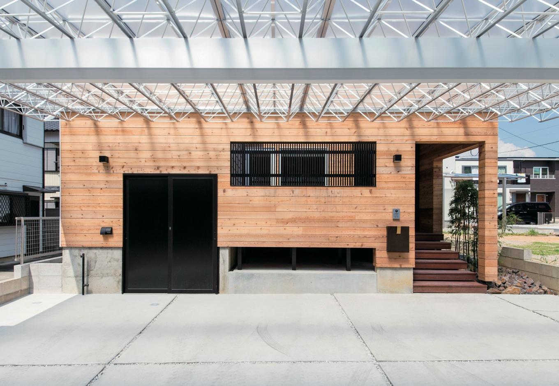 共感住宅 ray-out (レイアウト)【デザイン住宅、自然素材、省エネ】海外の現代建築といった佇まい。駐車スペースを広く取り、住まい自体は外からの目線は遮るように造られた
